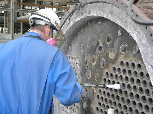 Operación De Limpieza De La Caldera Industrial